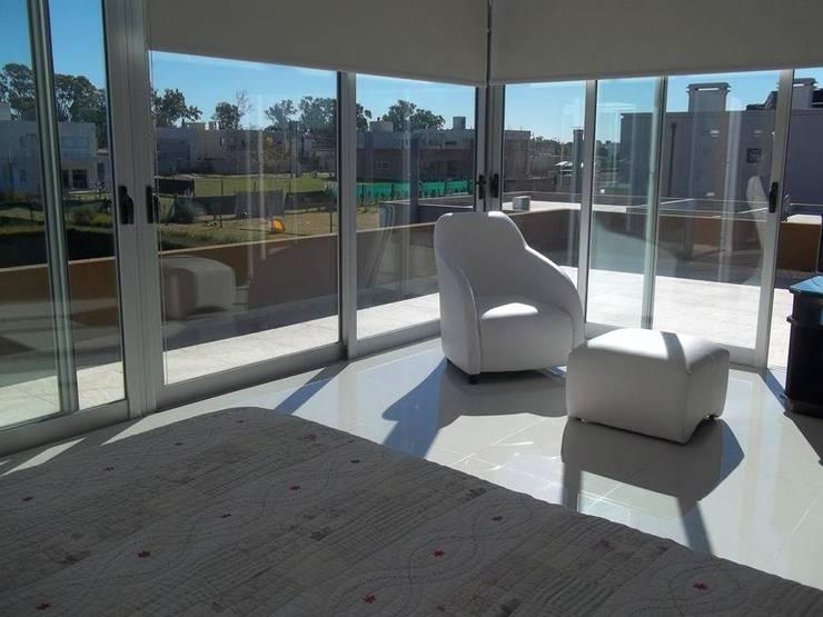 vista a la terraza desde dormitorio ppal: Dormitorios de estilo  por concepturbano