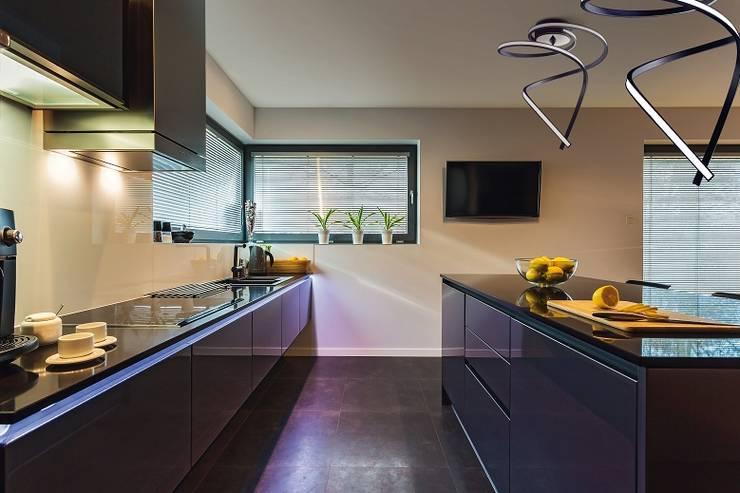 Aranżacja kuchni z wykorzystaniem żyrandoli LED Lungo.: styl , w kategorii Kuchnia zaprojektowany przez Ekotechnik24.pl - lampy na indywidualne zamówienie