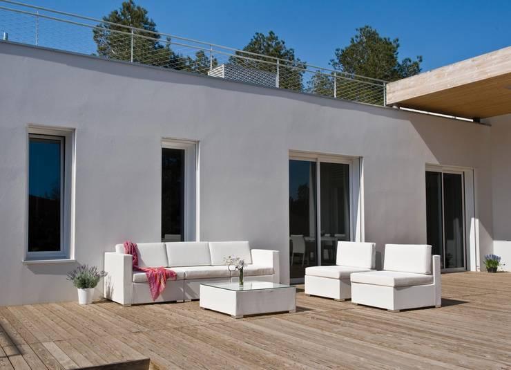 SIENA BLANCA: Balcones y terrazas de estilo  por SINDO OUTDOOR