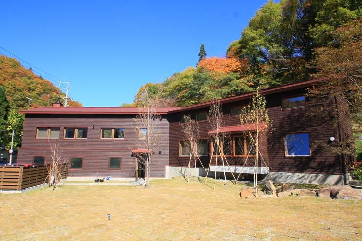 Mo-mountain cottage: (有)ガンバ建築設計が手掛けた家です。