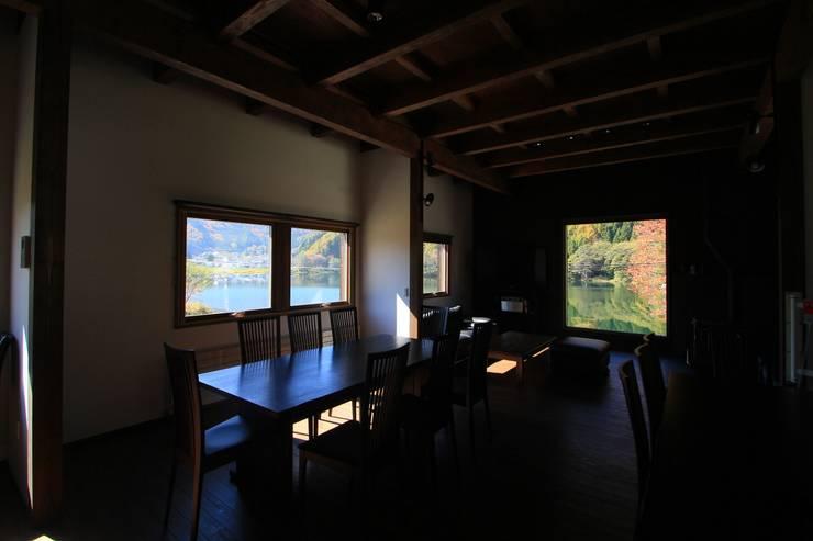 Mo-mountain cottage: (有)ガンバ建築設計が手掛けたリビングです。