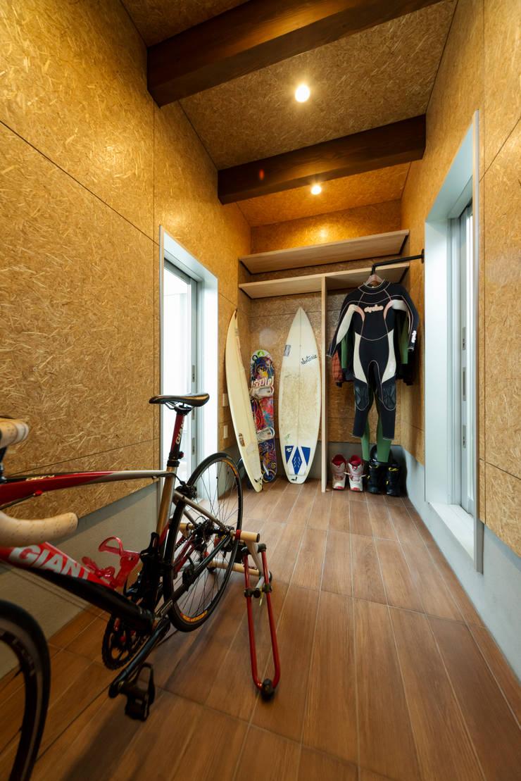眺める森の家 趣味室: フォーレストデザイン一級建築士事務所が手掛けたです。