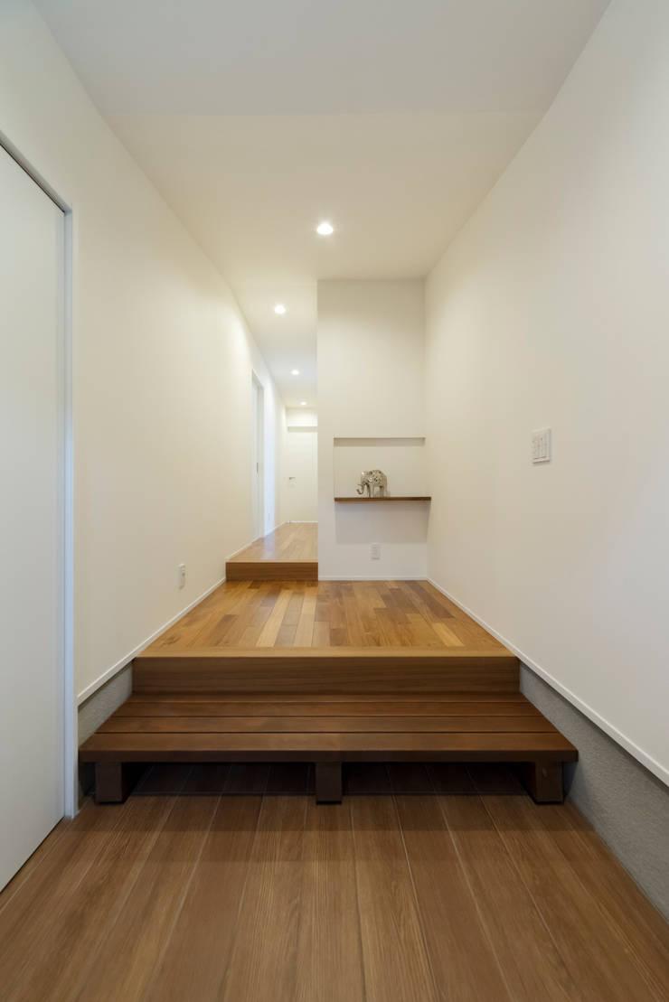 眺める森の家 玄関: フォーレストデザイン一級建築士事務所が手掛けたです。