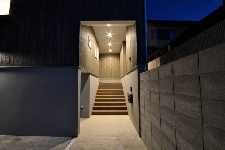 クグリノイエ 玄関: フォーレストデザイン一級建築士事務所が手掛けたです。