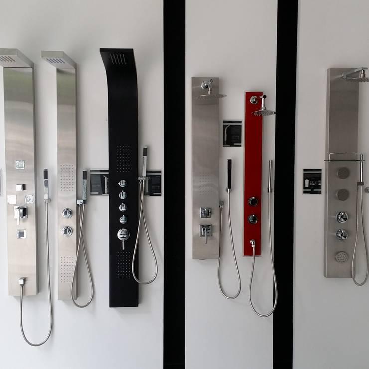 Varias columnas de hidromasaje: Baños de estilo  por Totalshower
