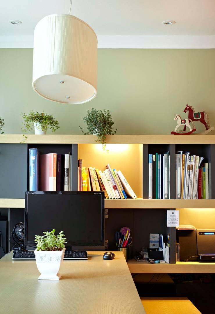 거실을 서재로 서재를 거실로 : housetherapy의  거실