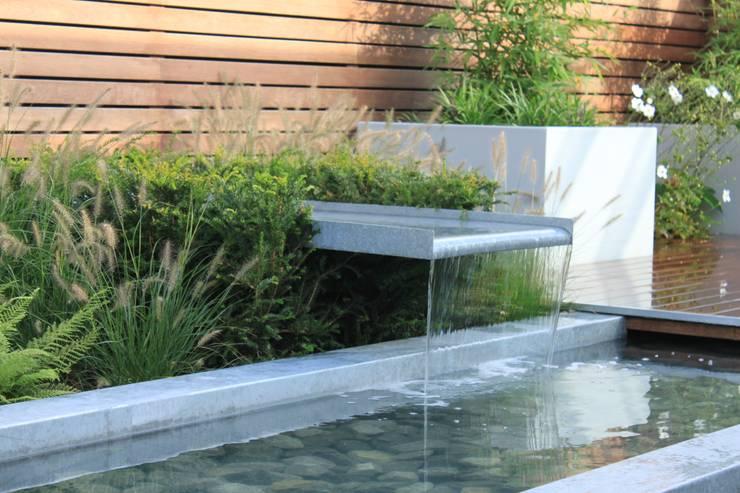 Patiogarden with steel pond and water feature: moderne Tuin door Hoveniersbedrijf Guy Wolfs