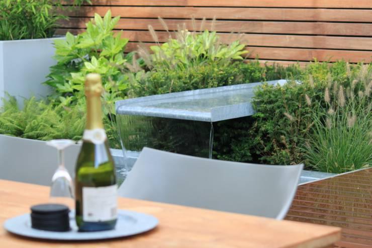 Patiogarden with steel pond and water feature:  Tuin door Hoveniersbedrijf Guy Wolfs, Modern