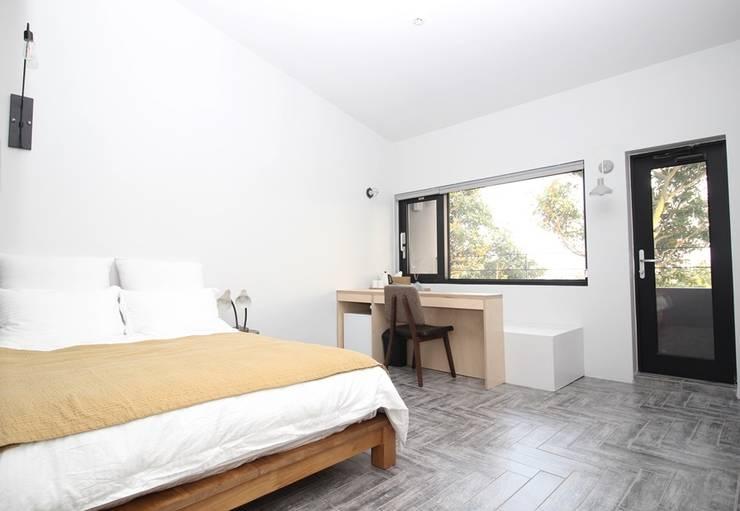 비로소 4´33´´ 게스트 하우스 : 아키제주 건축사사무소의  침실,모던