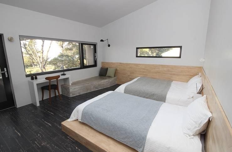 臥室 by 아키제주 건축사사무소