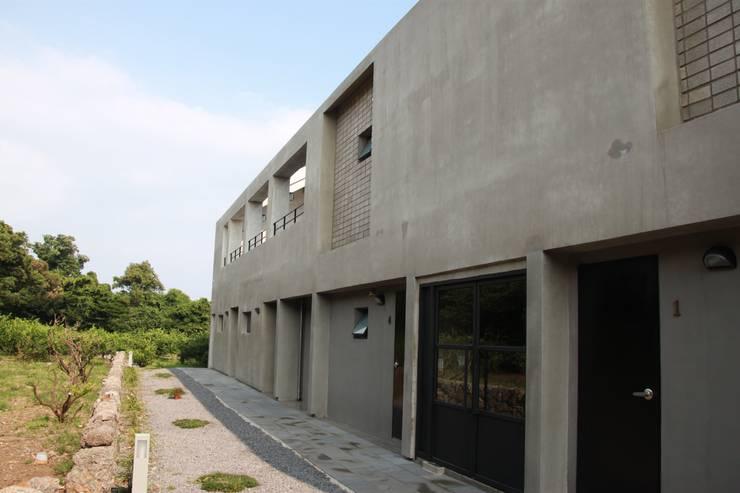 비로소 4´33´´ 게스트 하우스 : 아키제주 건축사사무소의  주택