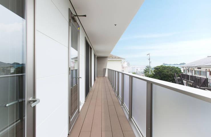 バルコニー モダンデザインの テラス の 秦野浩司建築設計事務所 モダン