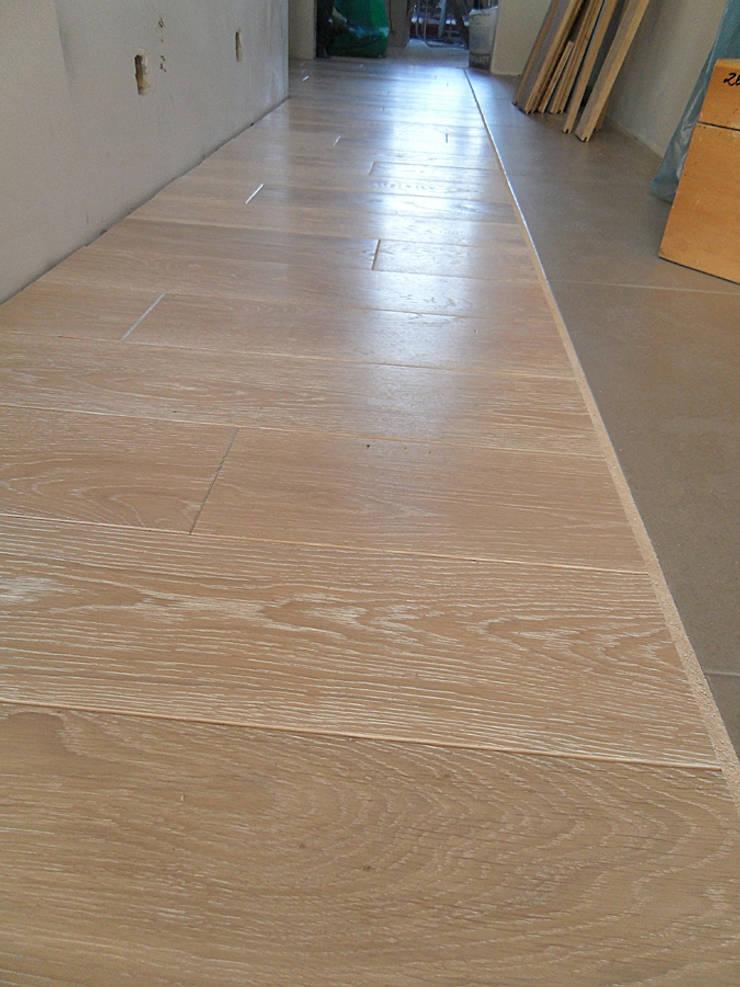 Podłoga drewniana – Dąb bielony. Realizacja w Warszawie.: styl , w kategorii  zaprojektowany przez PHU Bortnowski