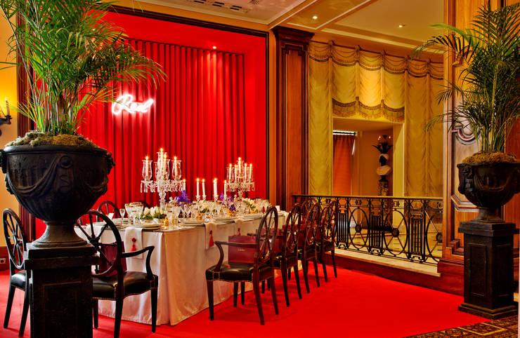 RED TABLE...: Salas de jantar  por Critério Arquitectos by Canteiro de Sousa