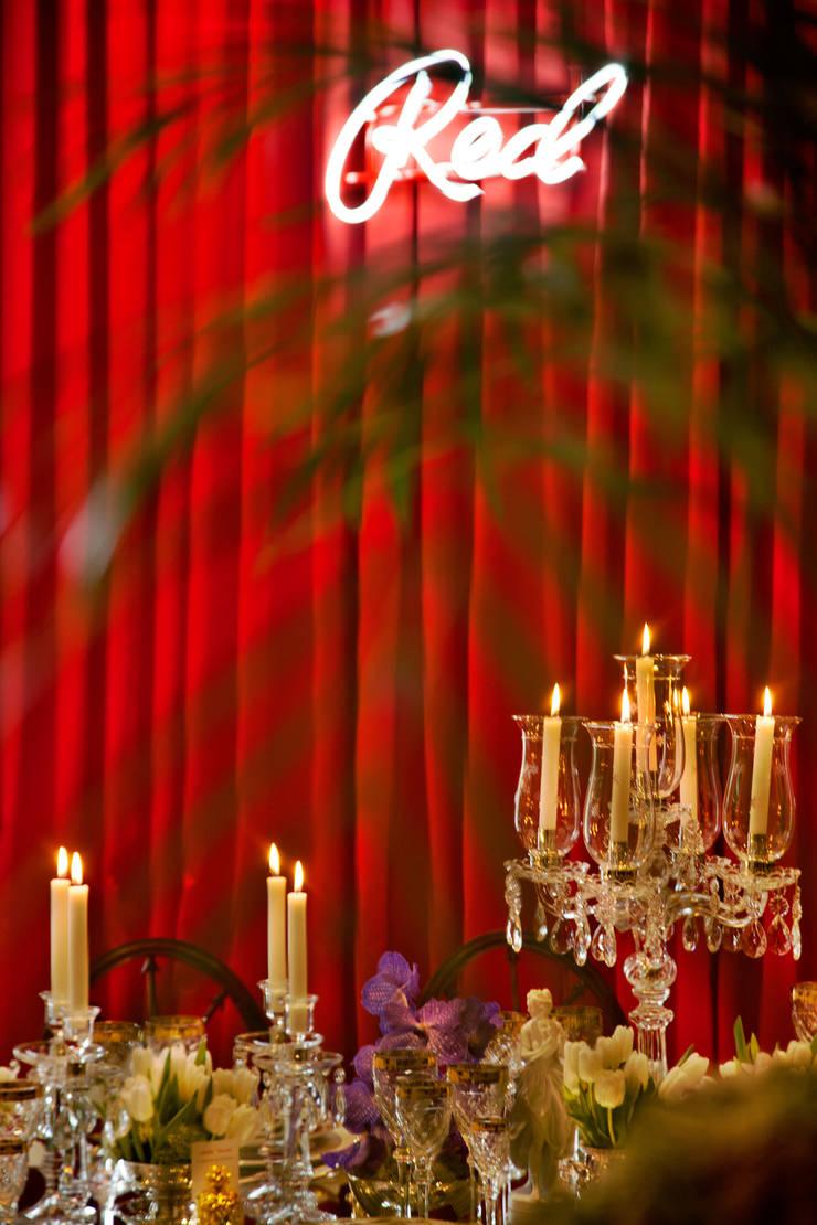 RED TABLE… : Sala de jantar  por Critério Arquitectos by Canteiro de Sousa