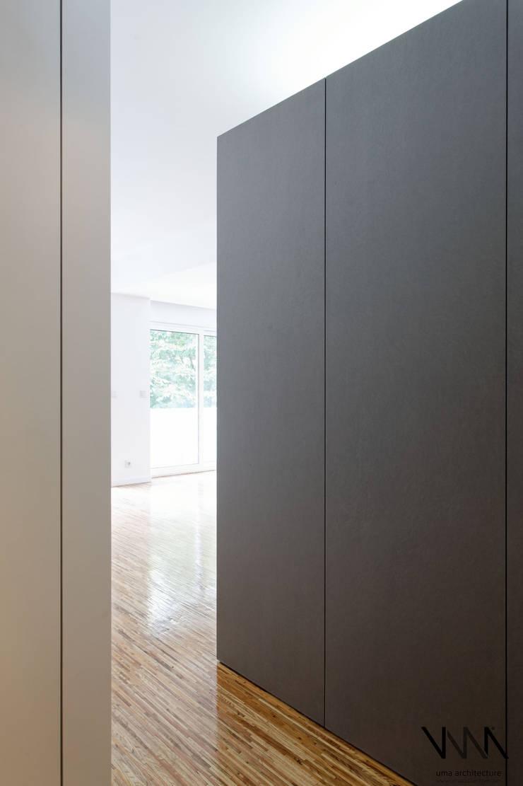 Entrada: Corredores e halls de entrada  por UMA Collective - Architecture