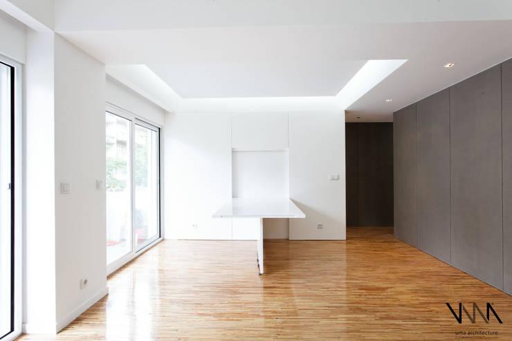 Sala com mesa rebatível: Salas de jantar  por UMA Collective - Architecture