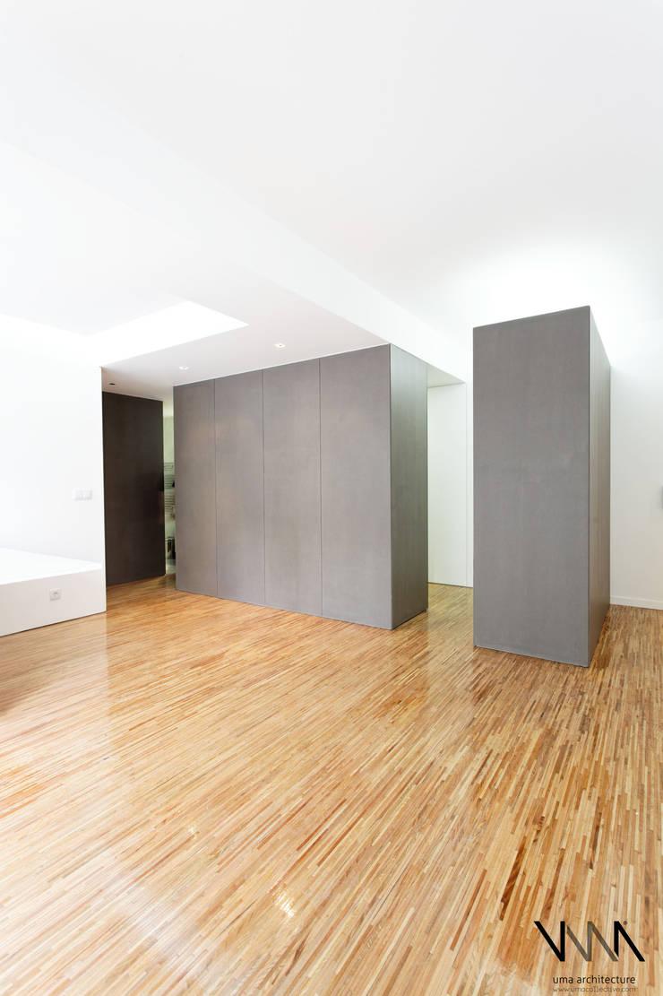 Vista da Sala para a Kitchenette: Salas de estar  por UMA Collective - Architecture