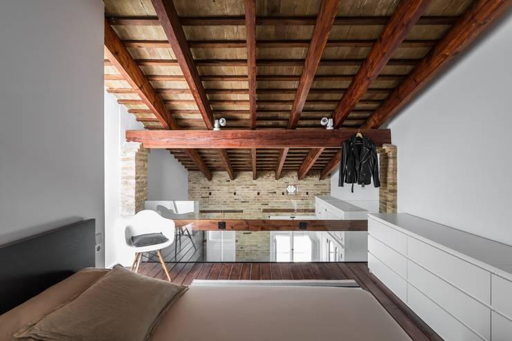Camera da letto in stile in stile Moderno di ambau taller d´arquitectes