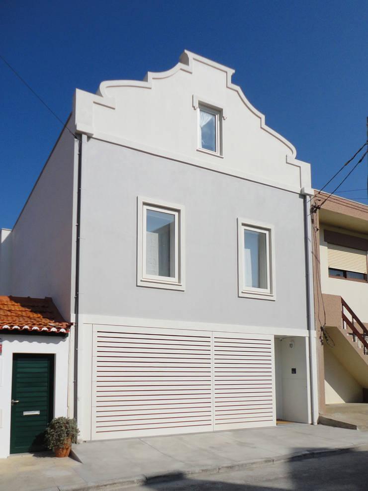 Alçado principal: Casas  por GAAPE - ARQUITECTURA, PLANEAMENTO E ENGENHARIA, LDA