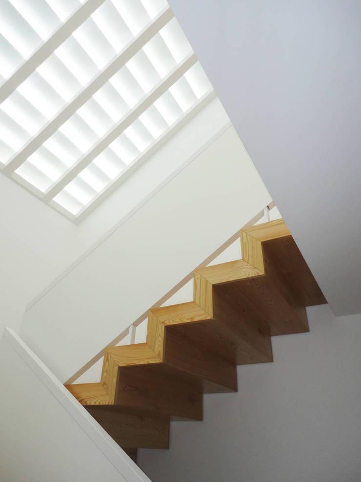 Escadas com clarabóia: Corredores e halls de entrada  por GAAPE - ARQUITECTURA, PLANEAMENTO E ENGENHARIA, LDA