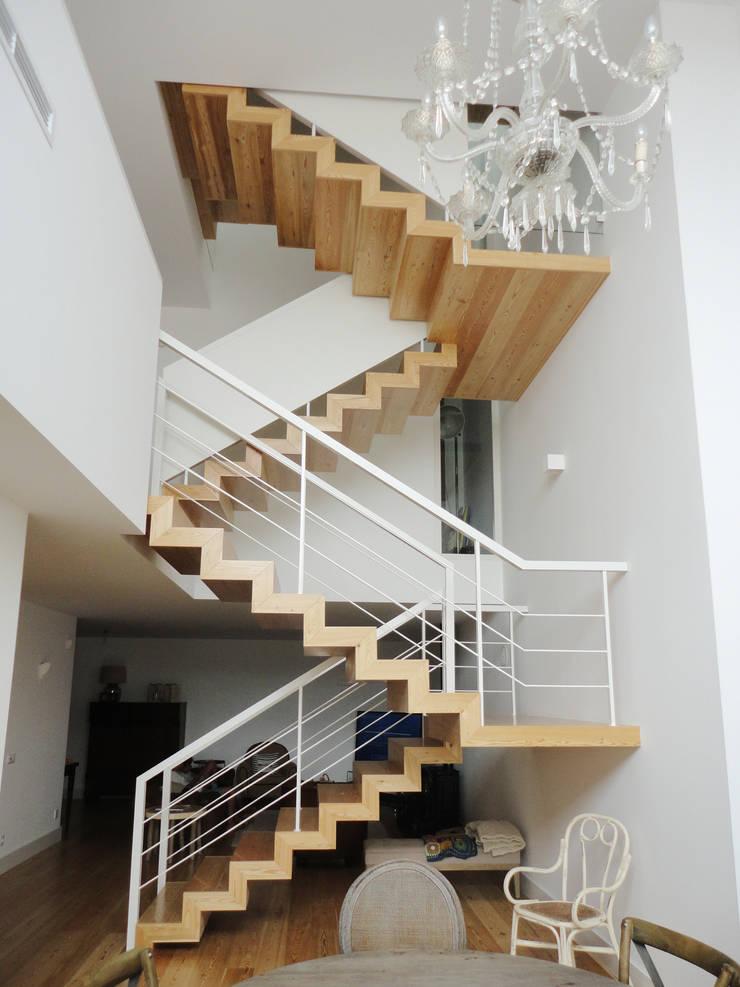 Escadas interiores: Corredores e halls de entrada  por GAAPE - ARQUITECTURA, PLANEAMENTO E ENGENHARIA, LDA