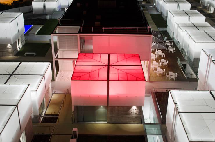 Unidade de Habitação com sistema de emergência activado: Casas  por guedes cruz arquitectos