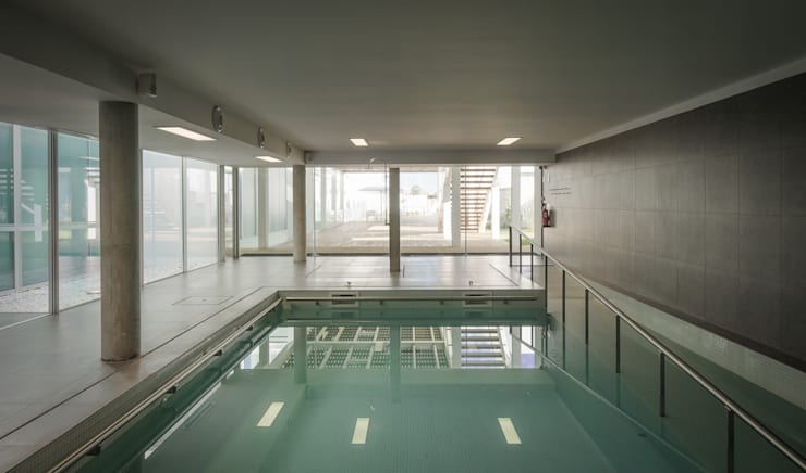 piscina interior -  Edifício Central : Piscinas  por guedes cruz arquitectos