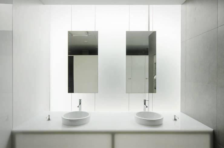 Banheiros mediterrâneos por guedes cruz arquitectos