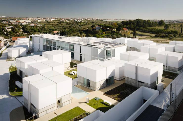 Vista aérea do Complexo: Casas  por guedes cruz arquitectos