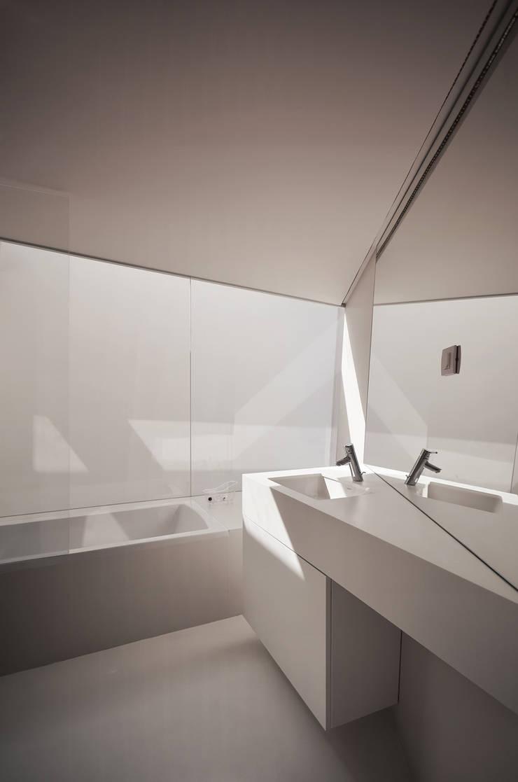 Vista Interior: Casas de banho  por guedes cruz arquitectos