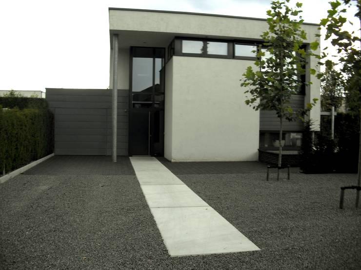 Moderne tuin met vijver en betonplaten von stoop tuinen homify