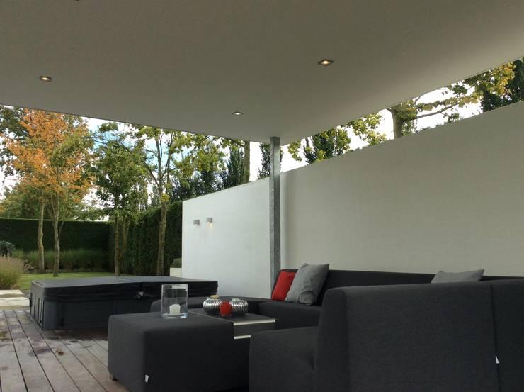 Luxe en comfort:  Tuin door Stoop Tuinen