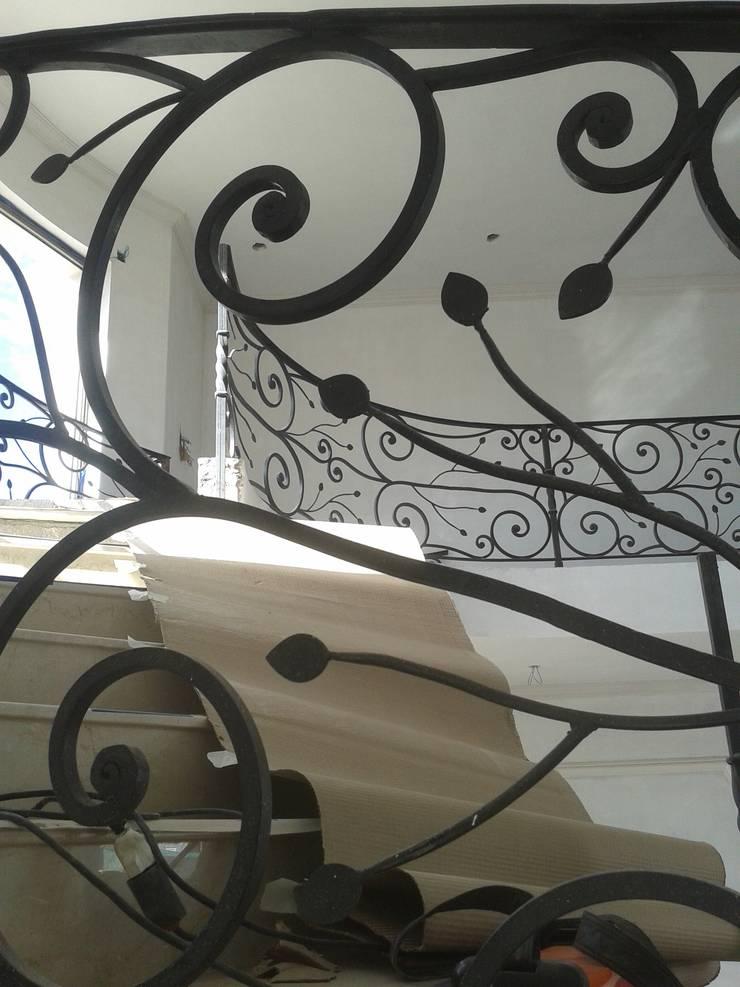 Baranda de Escalera: Terrazas de estilo  por La Reja