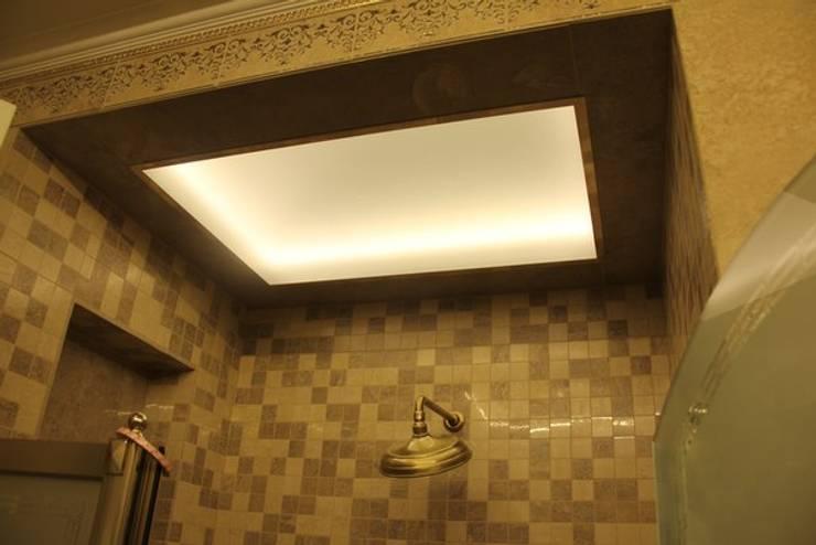 Зеркальный потолок: Ванная комната в . Автор – ReflectArt,