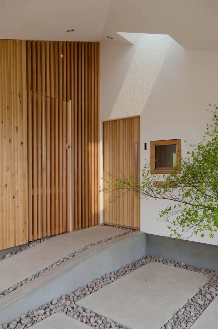 玄関: 富樫雅行建築設計事務所が手掛けた家です。