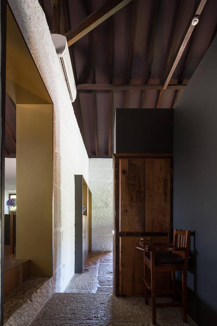 Passagem cozinha/salas: Espaços de restauração  por raul sousa cardoso arqt