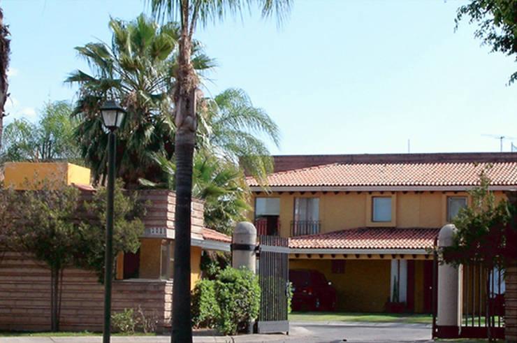 Bosque Real Guadalajara: Casas de estilo  por Boué Arquitectos