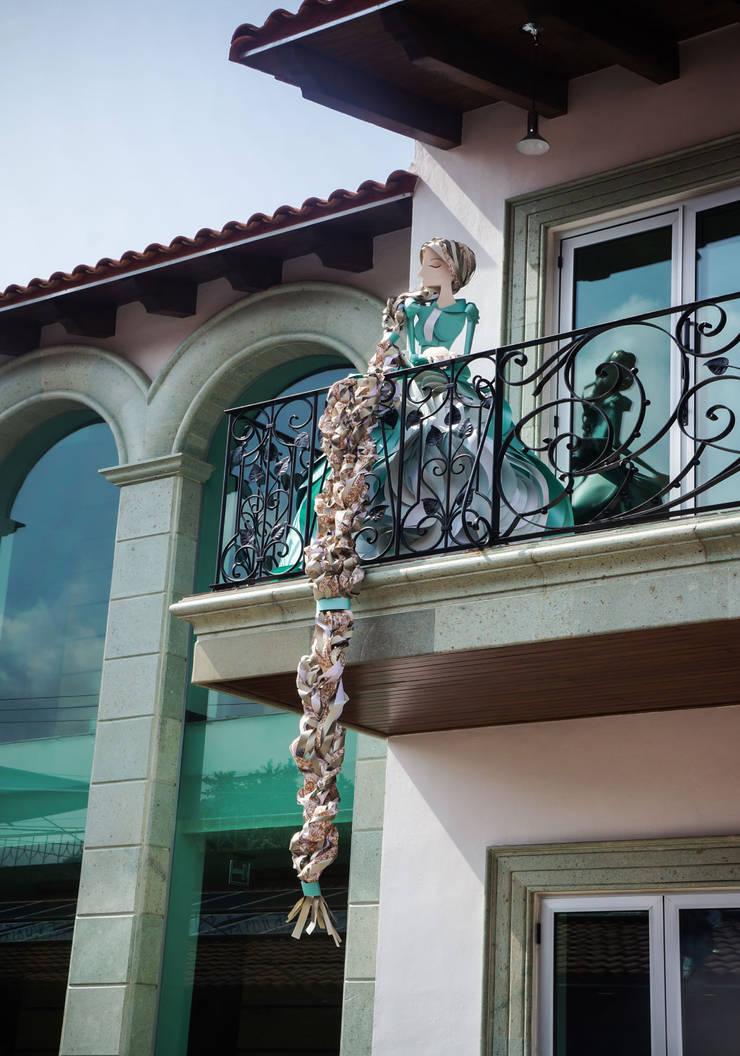 Centro Cultural Pedro López: Terrazas de estilo  por AMOATO STUDIO SA DE CV