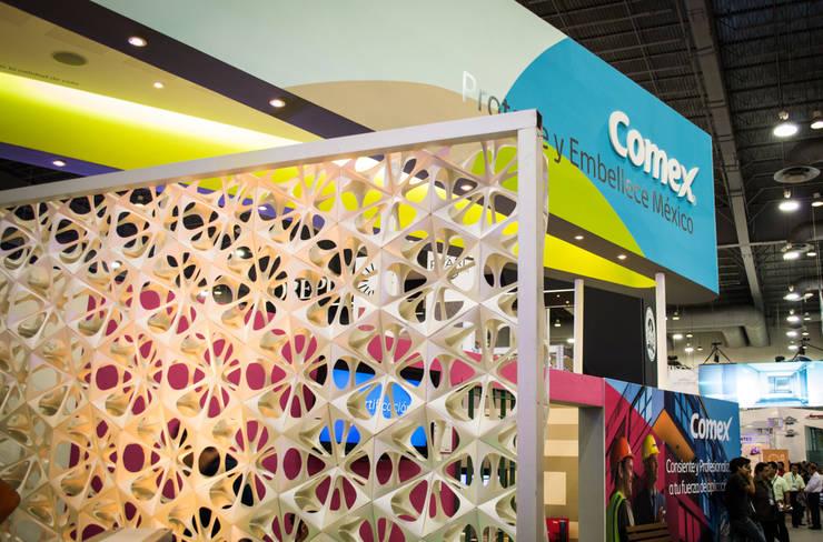 Expo CIHAC 2013: Vestíbulos, pasillos y escaleras de estilo  por AMOATO STUDIO SA DE CV