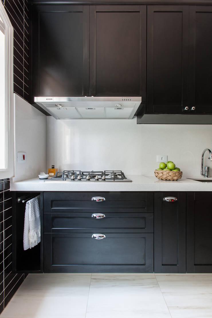 COZINHA BLACK: Cozinhas  por Kathia Gonzalez