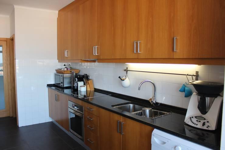 Pormenor do balcão da cozinha em pedra preta natural.: Cozinhas  por Casa do Páteo