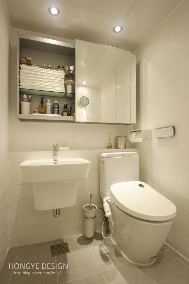 드레스룸과 서재가 있는 15평 신혼집: 홍예디자인의  욕실