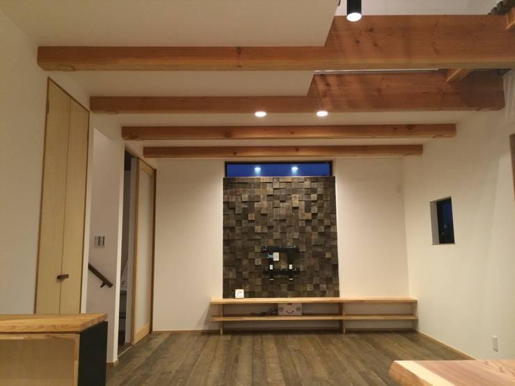リビング: TIEN natural comfort design roomが手掛けた壁&床です。
