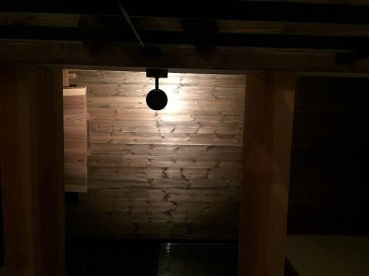 吹抜けからのスポットライト: TIEN natural comfort design roomが手掛けたダイニングルームです。