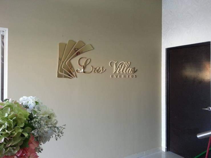 Las Villas Eventos: Pasillos y recibidores de estilo  por VIVAinteriores
