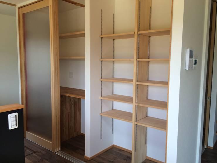 キッチン廻りの収納空間: TIEN natural comfort design roomが手掛けたキッチンです。