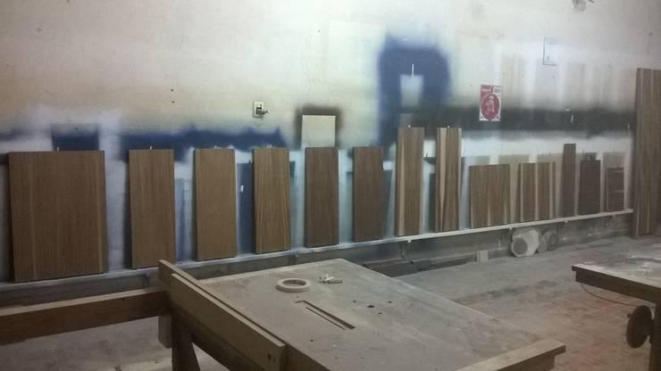 Barnizado de poliuretano sobre escalones de madera de parota:  de estilo  por k4bim