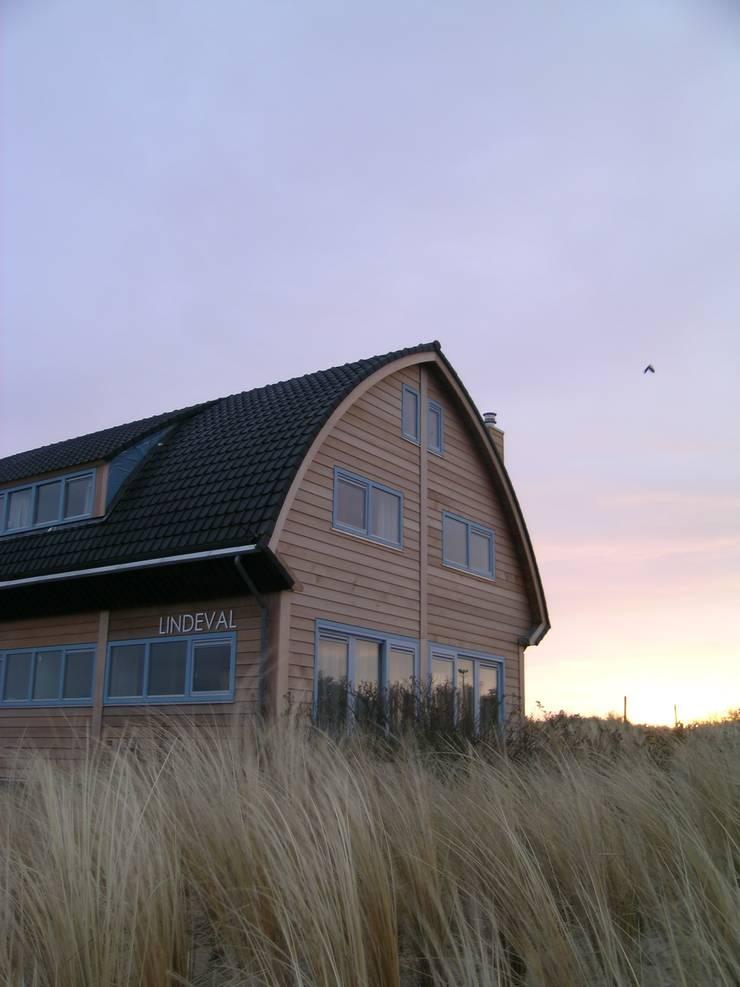 Woning te Vlieland:  Huizen door ScanaBouw BV, Modern