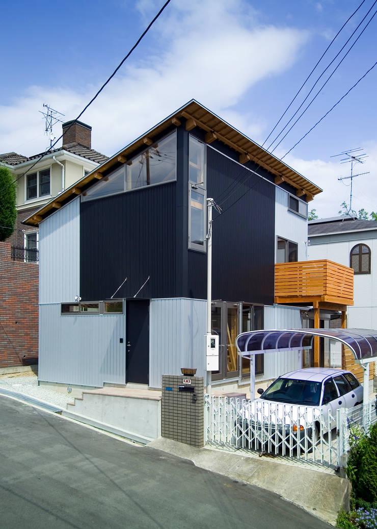 逆トラスの片流れの建物: 木造トラス研究所・株式会社 合掌が手掛けた家です。